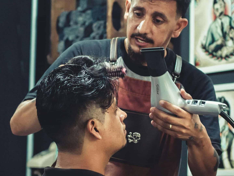 Barbier mit Föhn